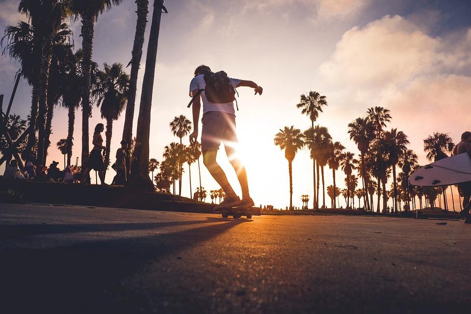 chico con skate al atardecer